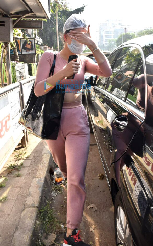 Photos Urvashi Rautela snapped in Juhu (2)