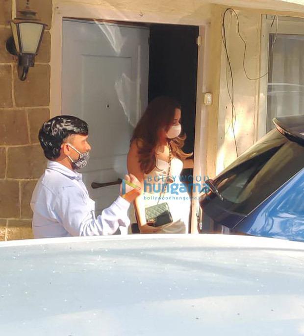 वरुण धवन की दुल्हन बनी नताशा दलाल और उनका परिवार शादी के लिए अलीबाग रवाना हो गया