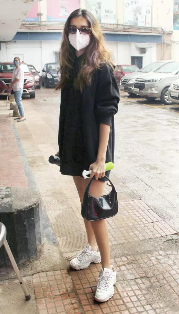 Oversized hoodie trend taking over Kareena Kapoor Khan, Anushka Sharma, Tara Sutaria, Ananya Panday's wardrobe