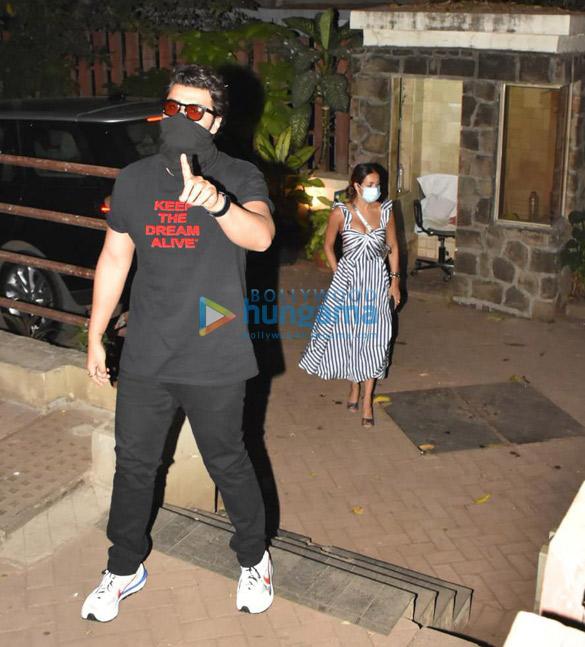 Photos Arjun Kapoor and Malaika Arora spotted at Kareena Kapoor Khan's house in Bandra (1)