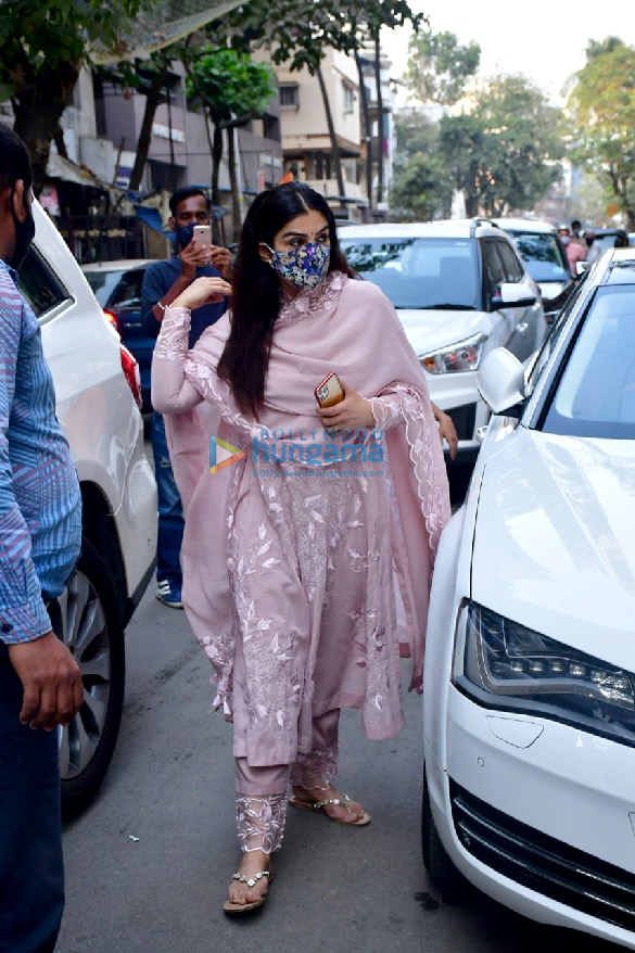 Photos Celebs attend the prayer meet for Bunty Walia's father (8)