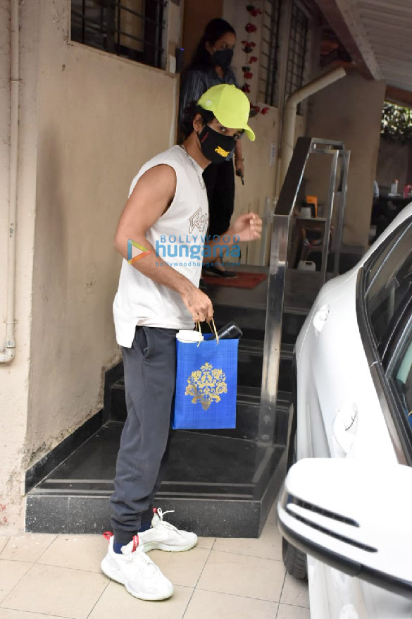 Photos Ishaan Khatter spotted at the Matrix office in Bandra (3)