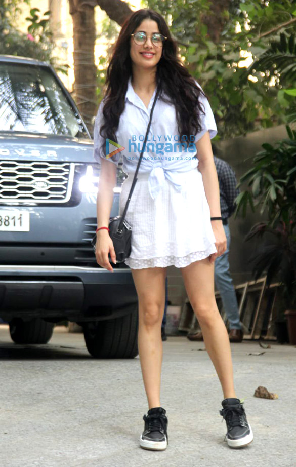 Photos Janhvi Kapoor and Varun Sharma snapped promoting Roohi at Maddock Films' office (2)