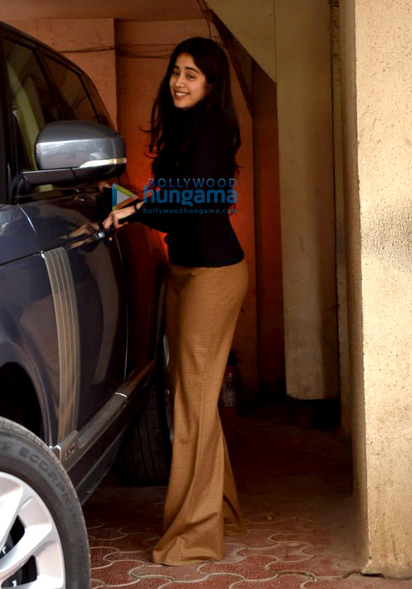 Photos Janhvi Kapoor snapped at Arjun Kapoor's house in Juhu (4)