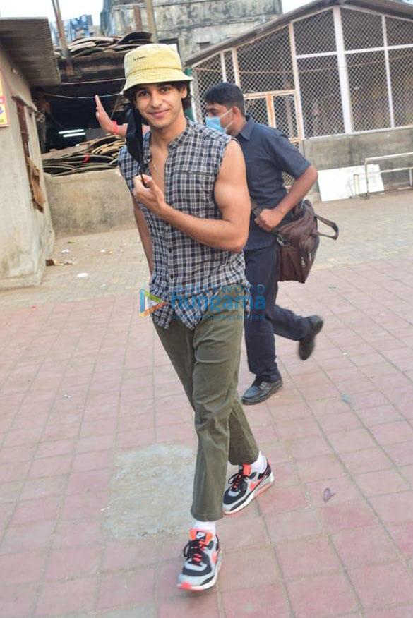 Photos Katrina Kaif, Ishaan Khatter and Siddhant Chaturvedi snapped at the Versova jetty (3)