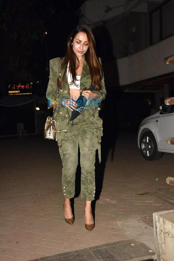 Photos Malaika Arora, Arjun Kapoor, Soha Ali Khan, Kunal Khemmu and Karisma Kapoor spotted at Kareena Kapoor Khan's house in Bandra (6)