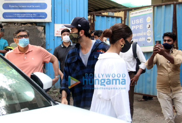 Photos Ranbir Kapoor, Alia Bhatt and Neetu Kapoor snapped arriving at the construction site of their property (1)