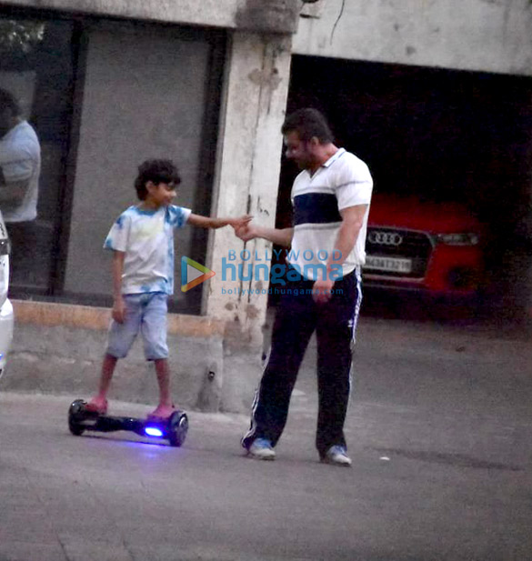 Photos Sohail Khan snapped with kids in Bandra (3)