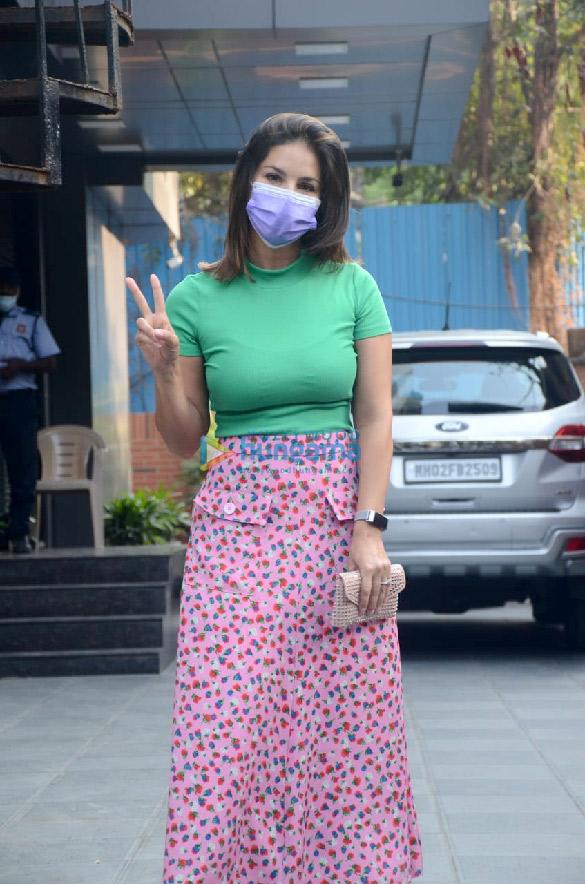 Photos Sunny Leone snapped at JCB salon in Juhu (2)