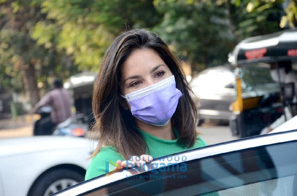 Photos Sunny Leone snapped at JCB salon in Juhu (4)