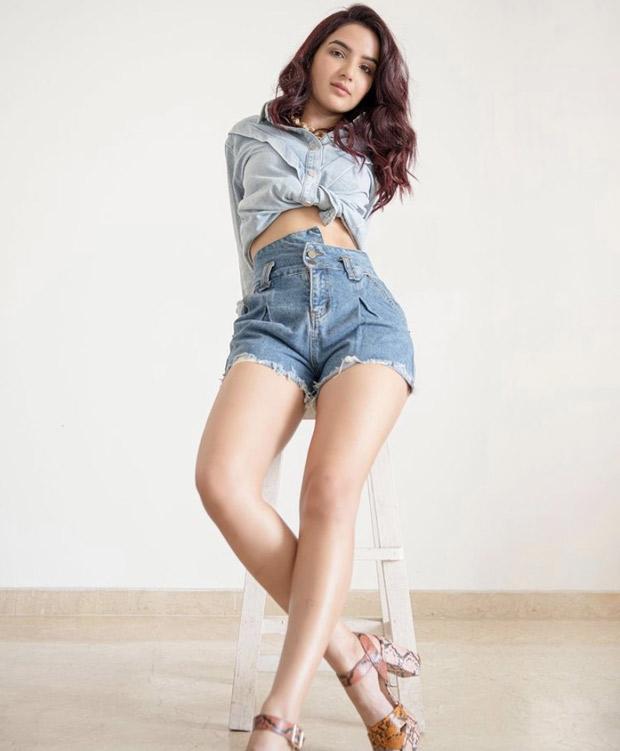 Bigg Boss 14's Jasmin Bhasin sets the summer vibe in blue shirt and denim shorts