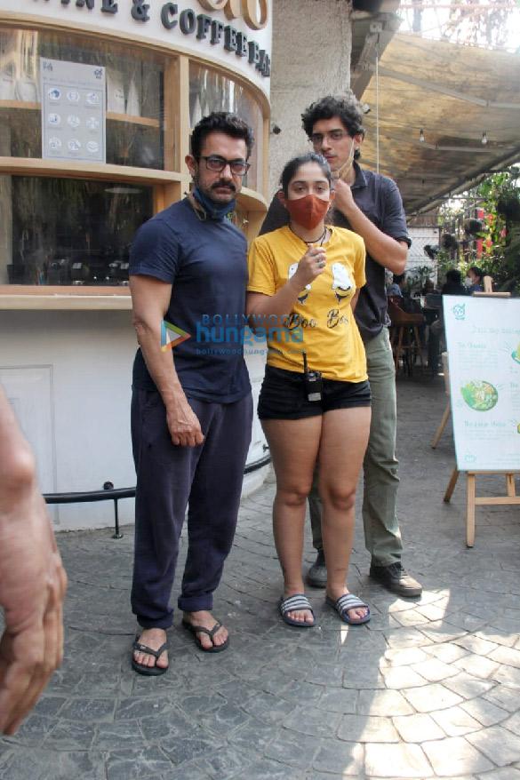Photos Aamir Khan, Ira Khan and Junaid Khan spotted in Bandra (5)