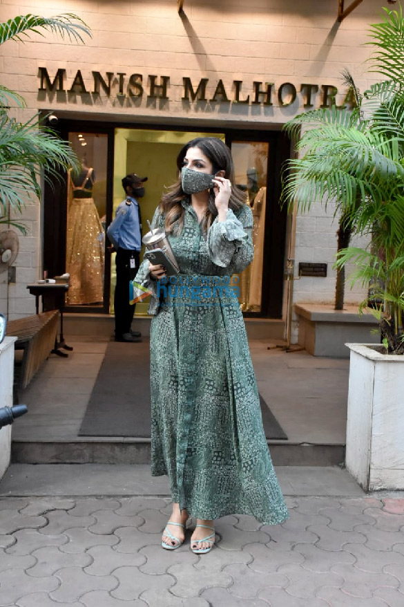 Photos Raveena Tandon spotted outside Manish Malhotra's store (2)