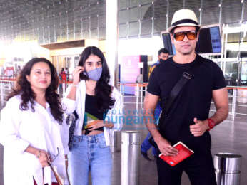 Photos: Sophie Choudry, Kanika Kapoor and Rohit Roy snapped at the airport