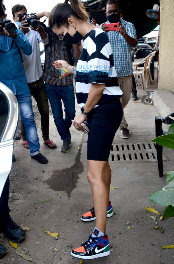 Photos Sunny Leone Snapped in Juhu (2)