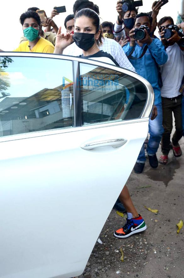 Photos Sunny Leone Snapped in Juhu (3)