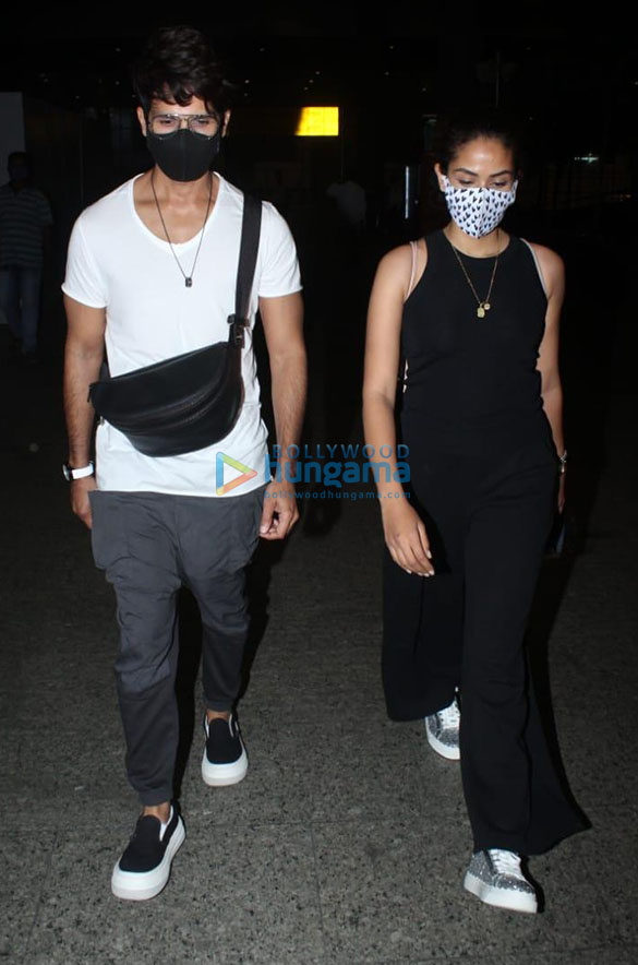 Rajkummar Rao, Patralekha, Sunny Deol, Kangana Ranaut and others snapped at the airport (0001)