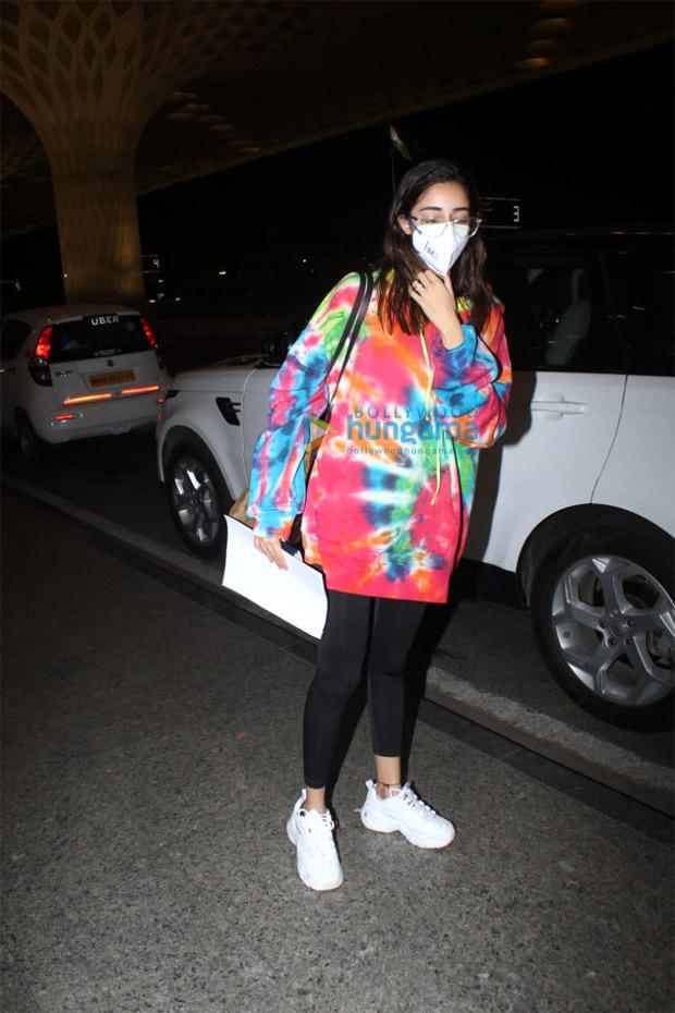 अनन्या पांडे ने लग्जरी लुइस विटन के साथ टाई-डाई स्वेटशर्ट पहने।  1.97 लाख