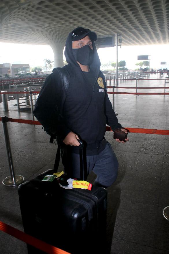 Hina Khan, Nikki Tamboli, Jackky Bhagnani and others snapped at the airport (6)