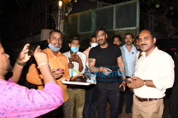 Photos Ajay Devgn snapped cutting a birthday cake with fans (1)