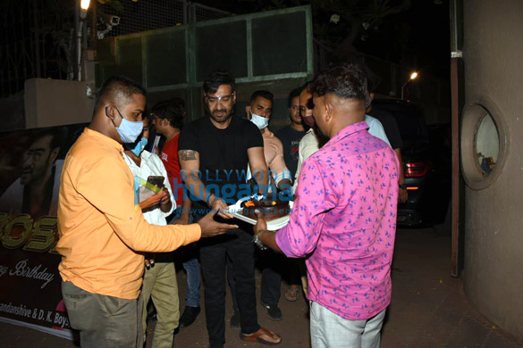 Photos Ajay Devgn snapped cutting a birthday cake with fans (2)