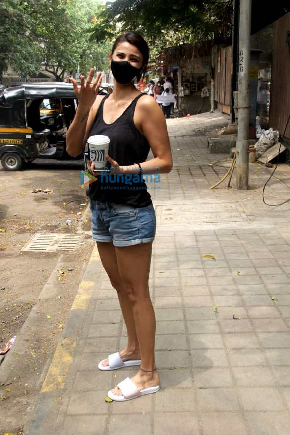 Photos Daisy Shah spotted at a cafe in Khar (2)