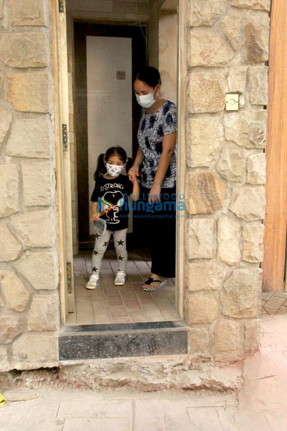 Photos Inaaya Naumi Kemmu and Karisma Kapoor with son spotted at Kareena Kapoor Khan's house (4)