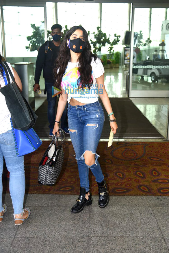 Photos Janhvi Kapoor and Govinda snapped at the airport (3)