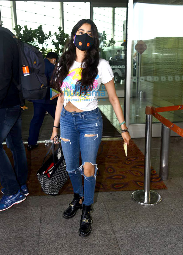 Photos Janhvi Kapoor and Govinda snapped at the airport (5)