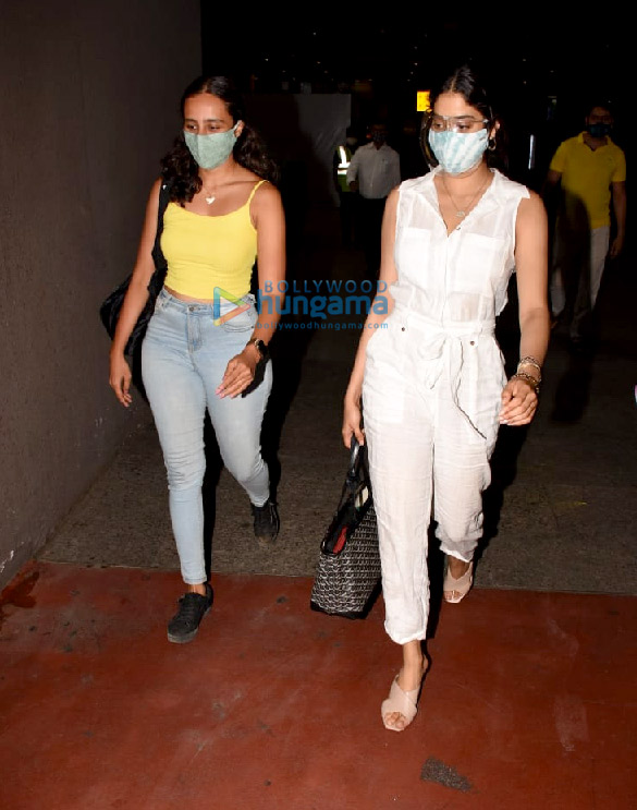Photos Janhvi Kapoor and Namrata Purohit snapped at the airport (2)