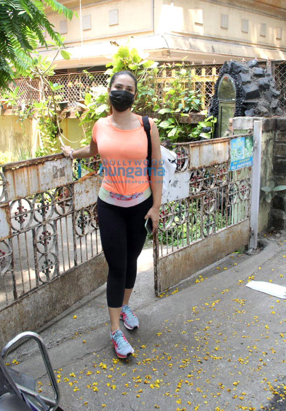 Photos Kim Sharma spotted in Bandra (1)