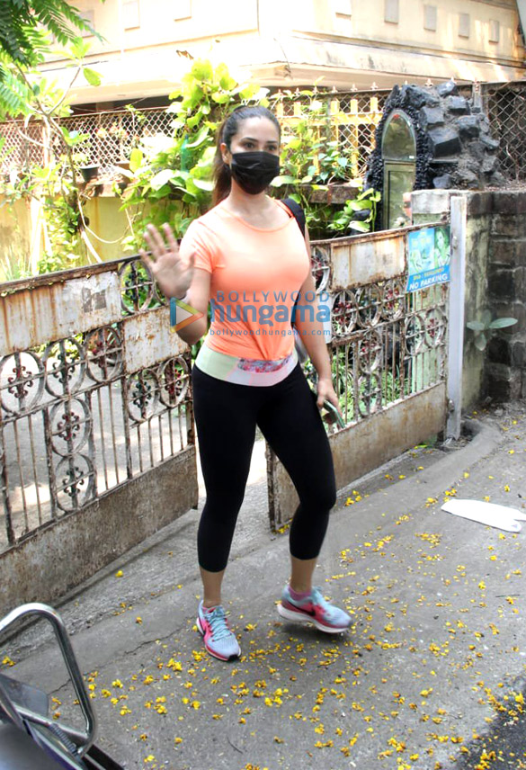 Photos Kim Sharma spotted in Bandra (2)