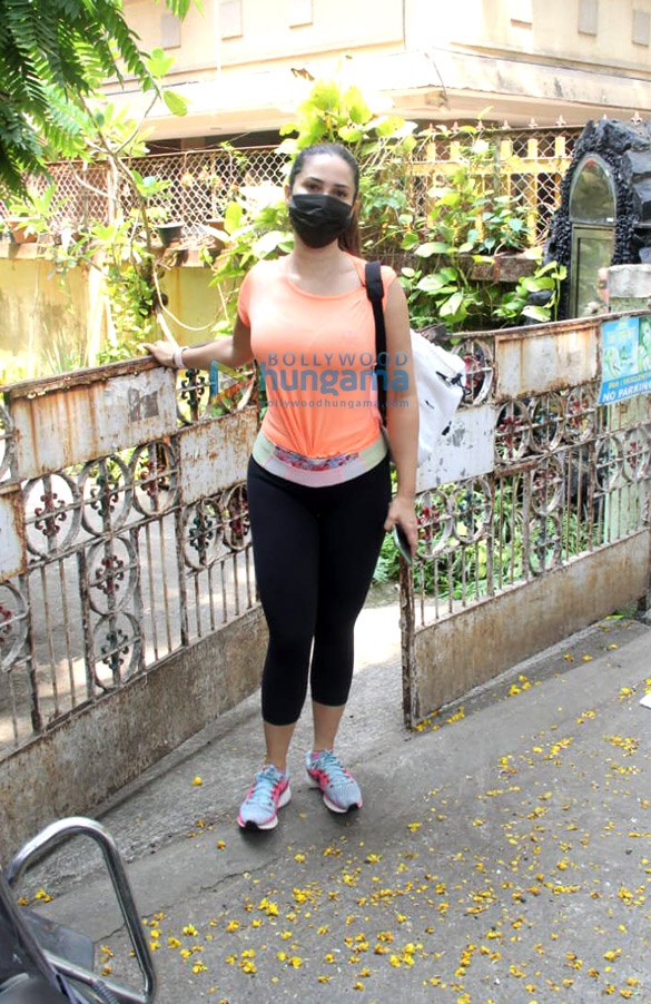 Photos Kim Sharma spotted in Bandra (3)