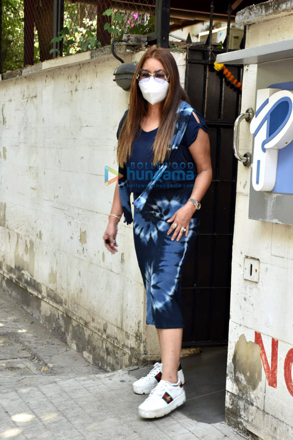 Photos Mahima Choudhary snapped with her kids at a clinic in Juhu (4)