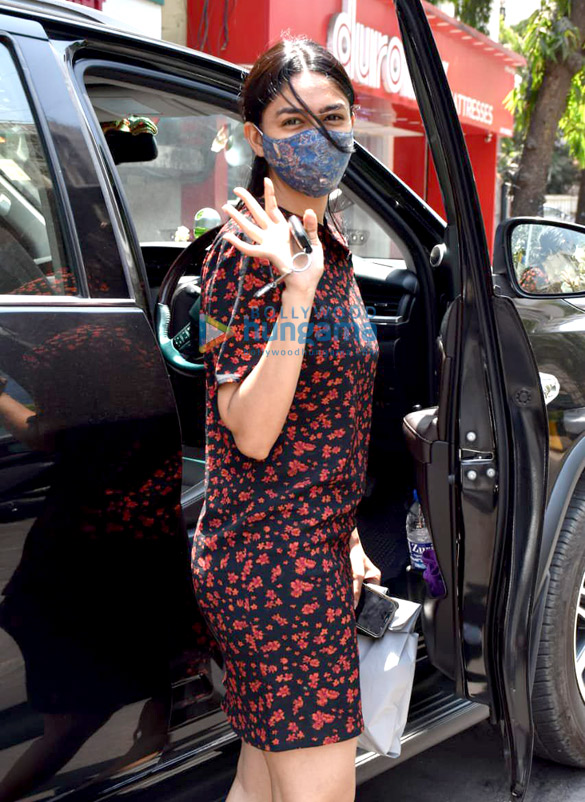 Photos Mrunal Thakur snapped at a store in Juhu (4)