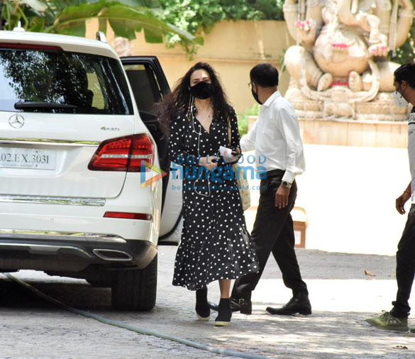Photos Preity Zinta snapped at Hrithik Roshan's house in Juhu (4)