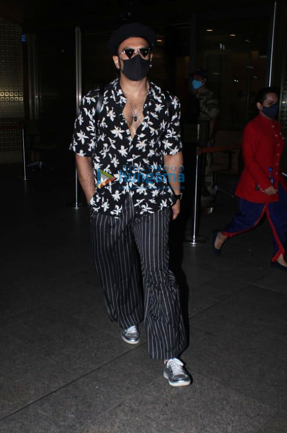 Photos Ranveer Singh and Pooja Hegde snapped at the airport (1)