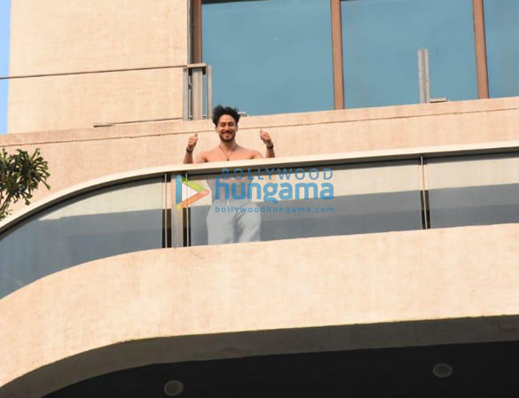 Photos Tiger Shroff spotted at his balcony (3)