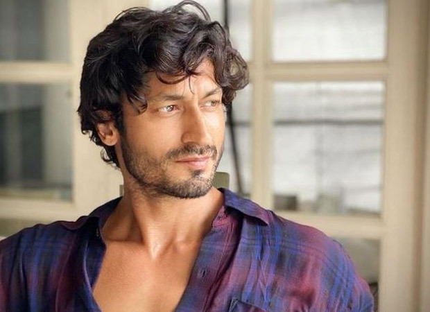Vidyut Jammwal gifts his jacket worth Rs 40,000 to a photographer; watch