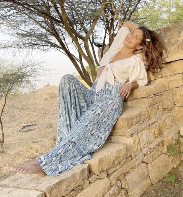 ऐशा शर्मा ने व्हाइट क्रॉप टॉप और फ्लेयर्ड पैंट में समर वाइब सेट किया