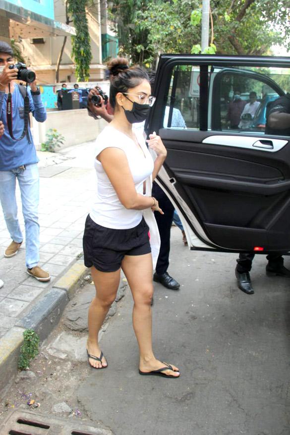 Kim Sharma spotted outside Foodhall in Santacruz (4)