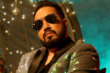 Mika Singh offers monetary help to needy people while cycling