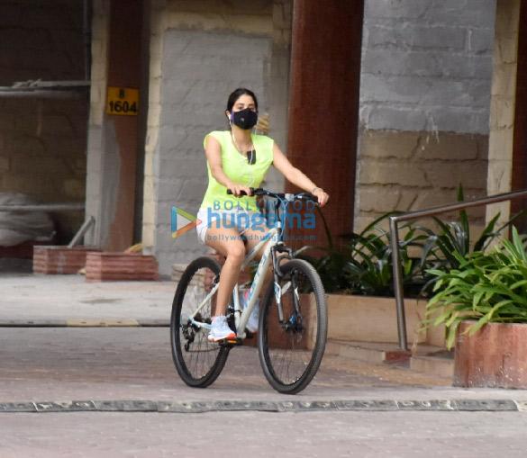 Photos Janhvi Kapoor and Khushi Kapoor snapped cycling in Lokhandwala (5)