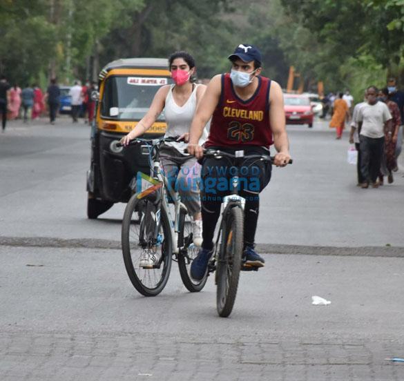 Photos Khushi Kapoor snapped cycling in Lokhandwala (3)