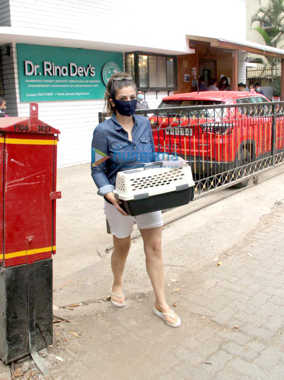 Photos Raveena Tandon spotted at a pet clinic in Khar (1)
