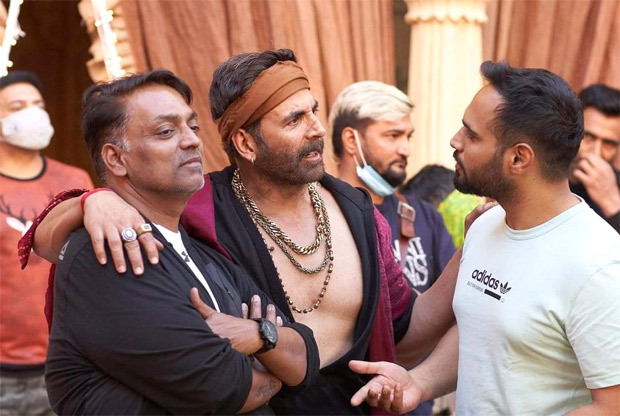 Akshay Kumar poses with choreographer Ganesh Acharya in this candid BTS picture from Bachchan Pandey