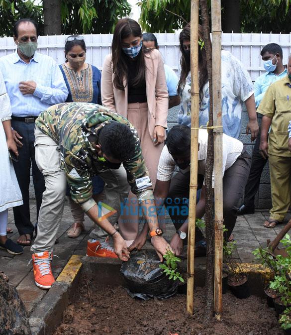 Photos Abhishek Bachchan adopts a tree with Saniya Saiyad and others (6)
