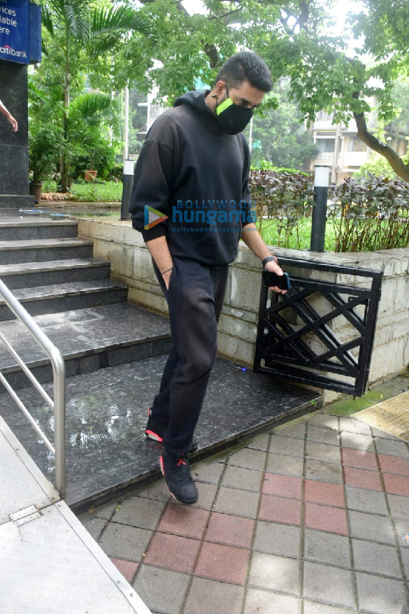 Photos Abhishek Bachchan spotted at a bank in Khar (2)