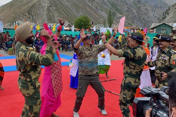 Photos Akshay Kumar meets BSF jawans guarding the border (3)