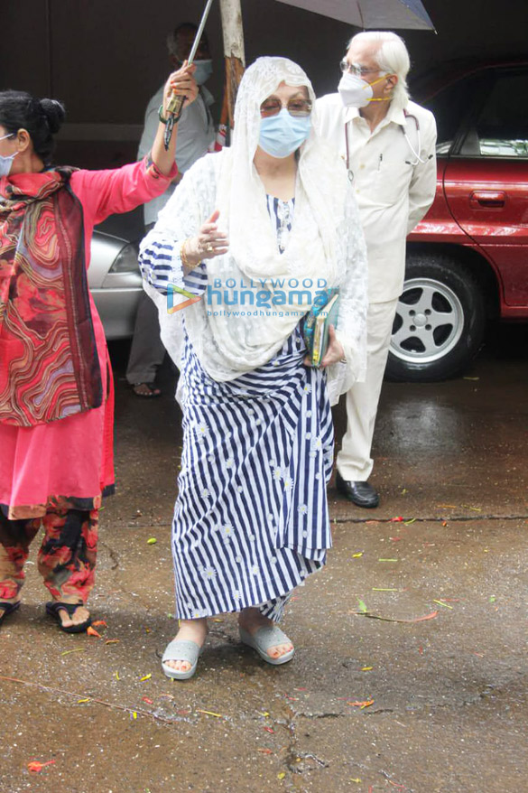 Photos Dilip Kumar gets discharged from the hospital (8)